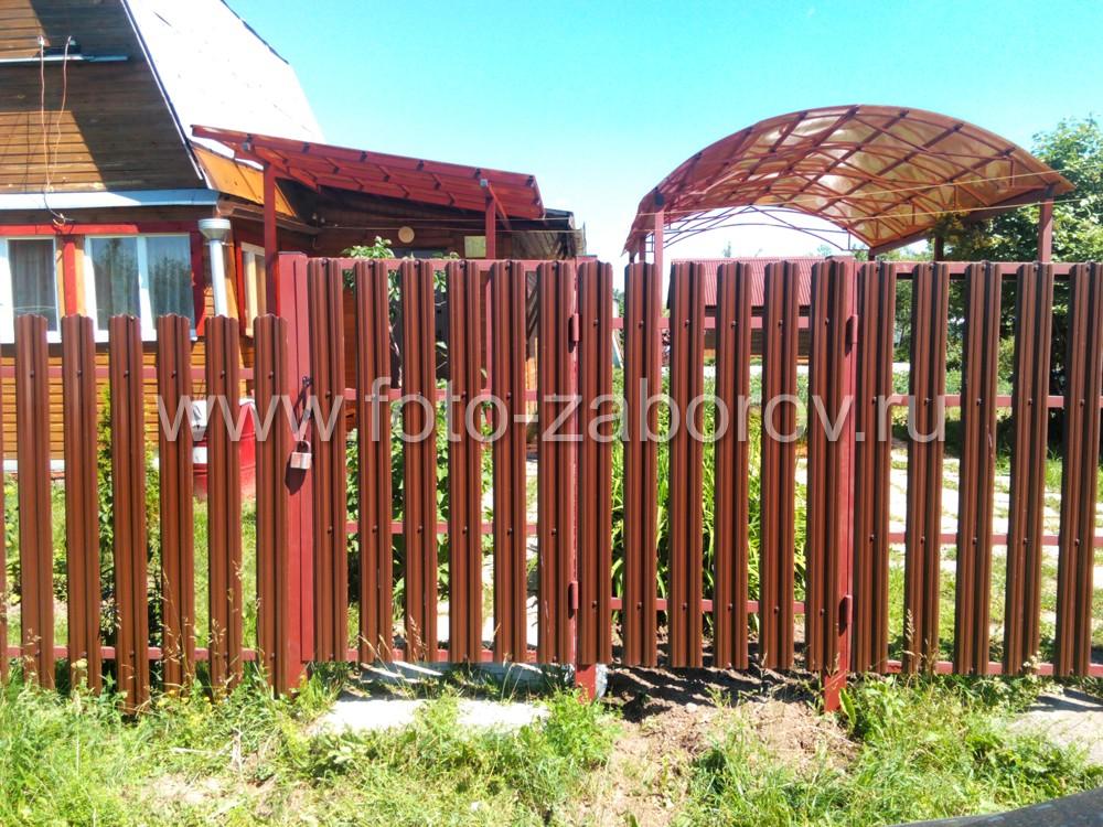 Входная группы (калитка и распашные ворота) из евроштакетника и оба навеса выполнены в единой