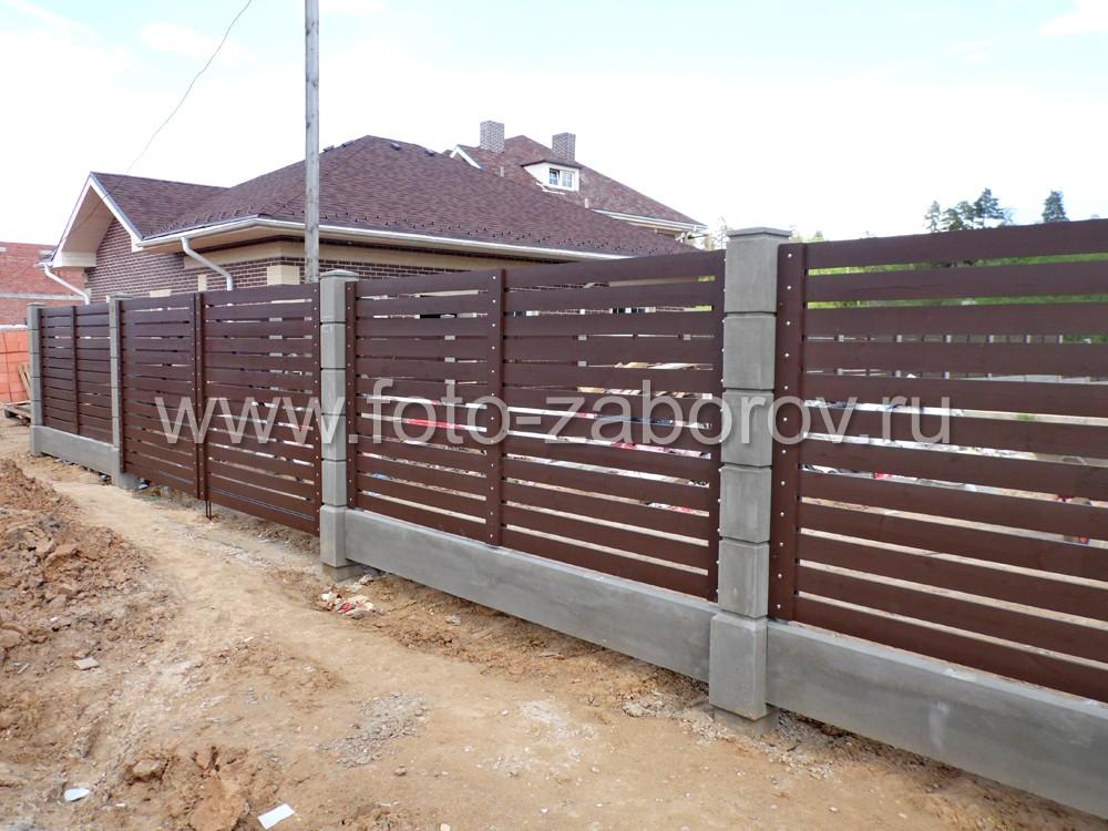 Забор оснащён распашными воротами, сделанных в единой стилистике