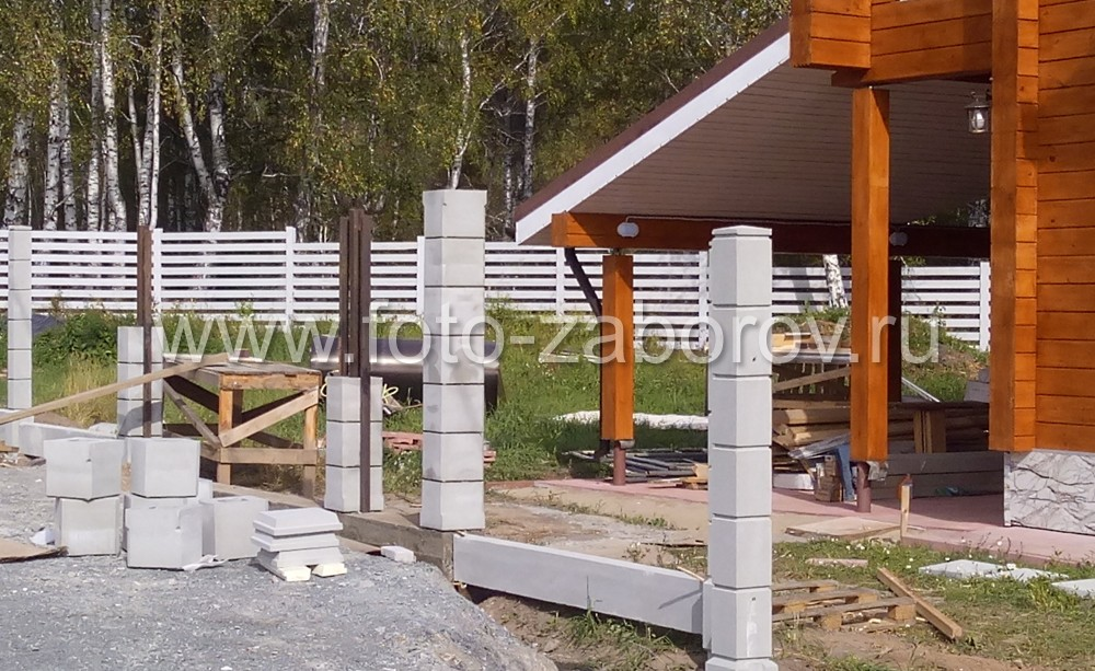 Столбы собираются из бетонных блоков, как конструктор. Быстро, гибкий