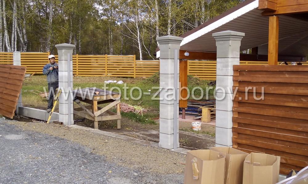 Столбы входной группы: три столба - каркас будущих ворот и