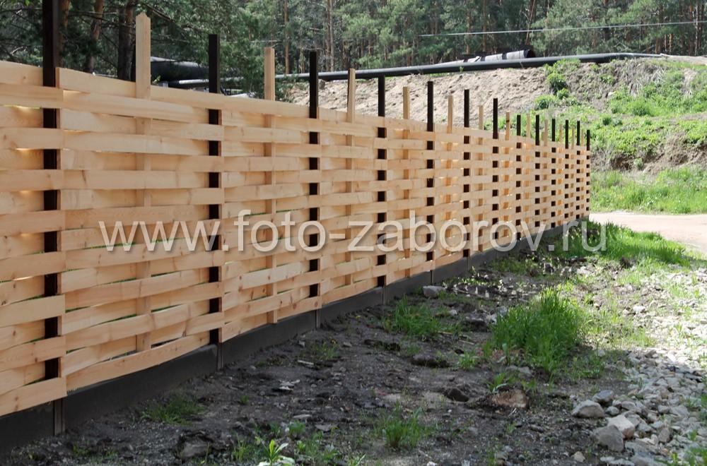 Фото Плетёный деревянный забор на лесном