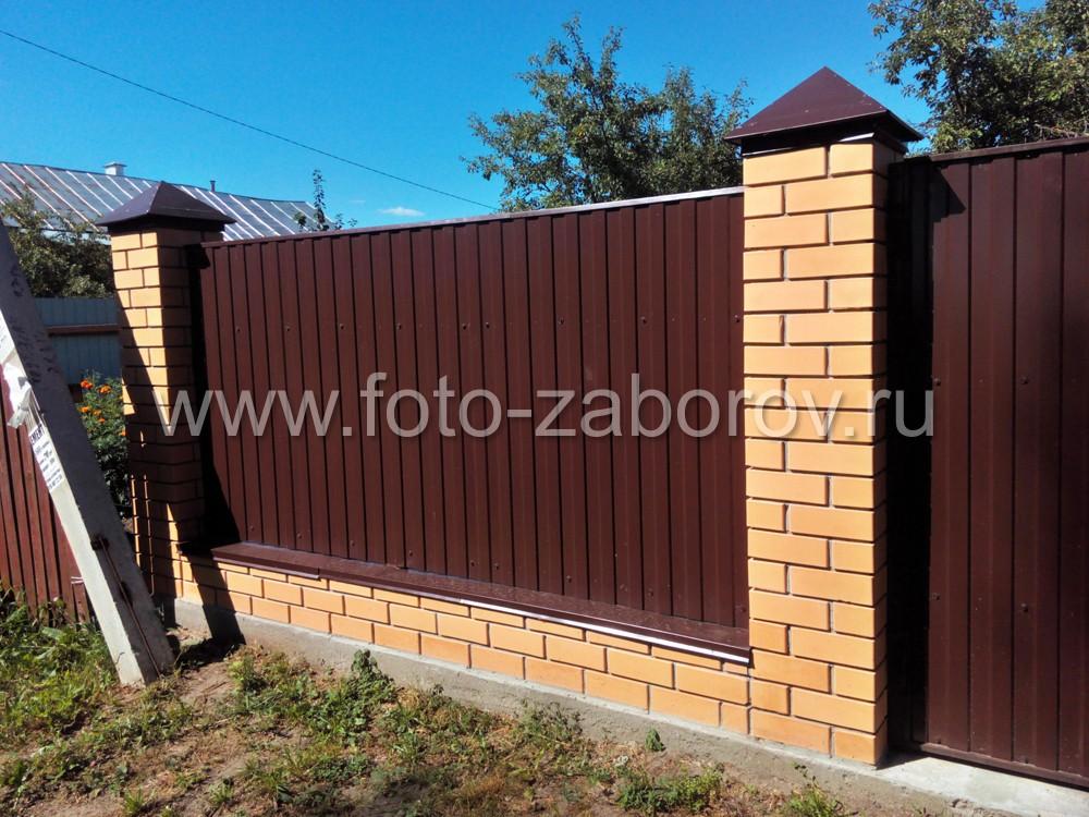 Фото Забор с кирпичными столбами песочного цвета