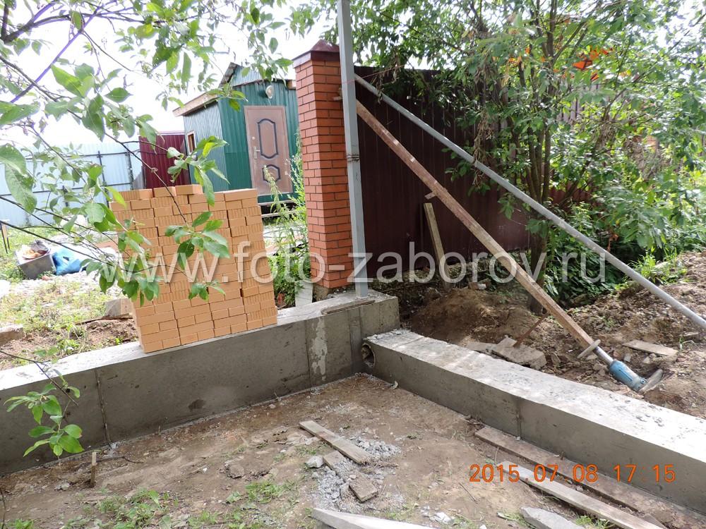 Фото Заливка ленточного бетонного фундамента для элитного забора с кирпичными столбами и