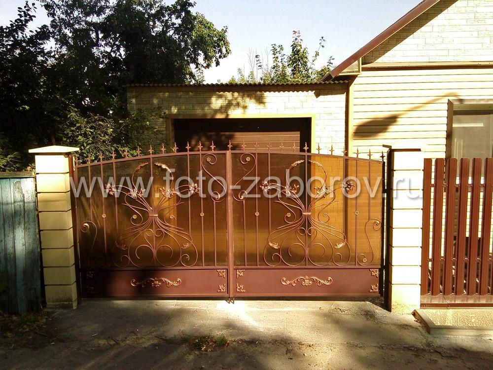 Распашные ворота напротив выезда из гаража. В основе ворот - металлические створки решётчатой
