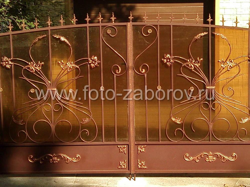 Несущую конструкцию ворот украшает кованый железный декор: кованые пики, цветы, валюты. Полотно