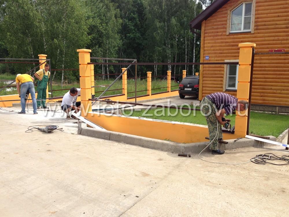 Установка металлических отливов - парапетов на бетонные цоколи. Монтаж каркаса распашных створок
