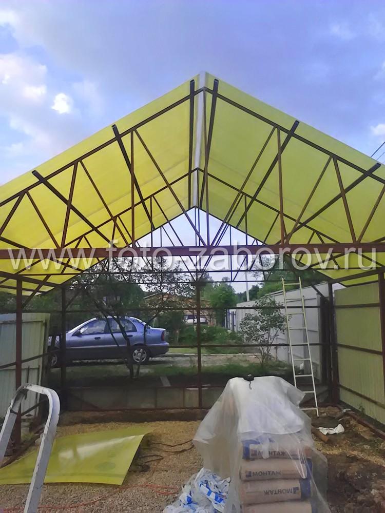 Фото Строительство автомобильного навеса с обшивкой из жёлтого