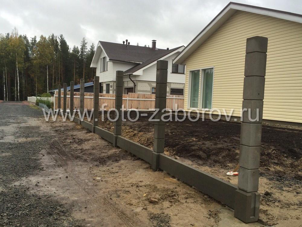 Установка каркаса: бетонных столбов и цокольных плит по линии