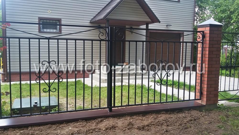 Фото Сварной металлический забор с декорированием секций коваными узорами - двенадцатью
