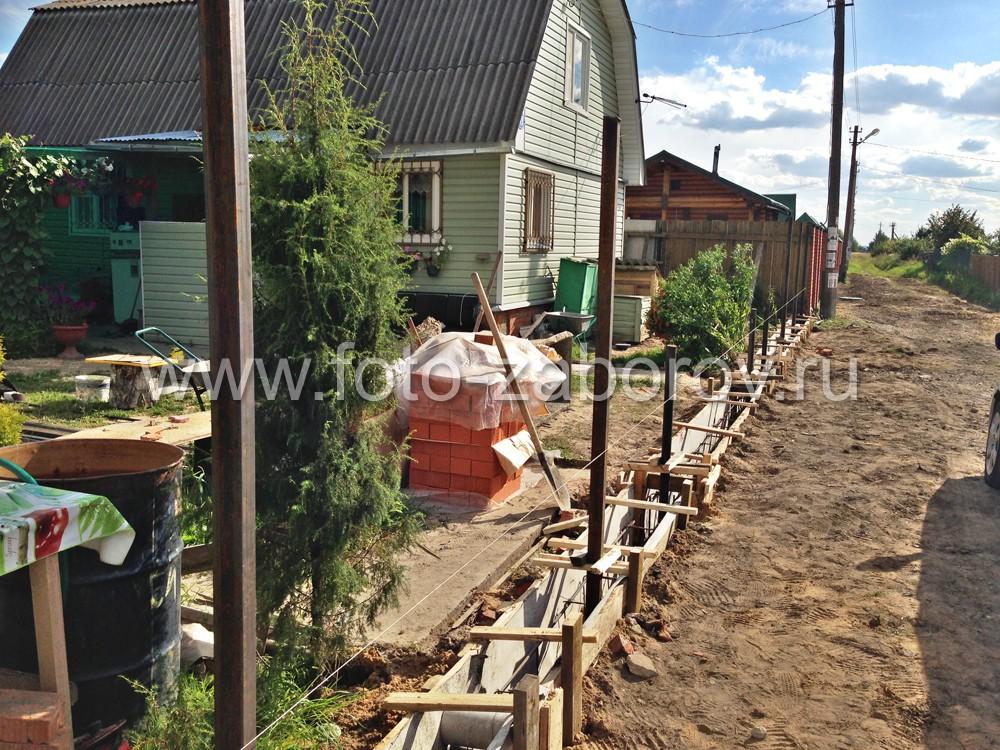 Строительство каркаса забора, фотография июня 2015