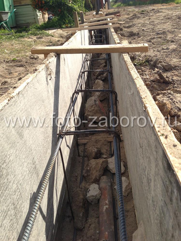 Закладка металлической арматуры для прочности ленточного бетонного