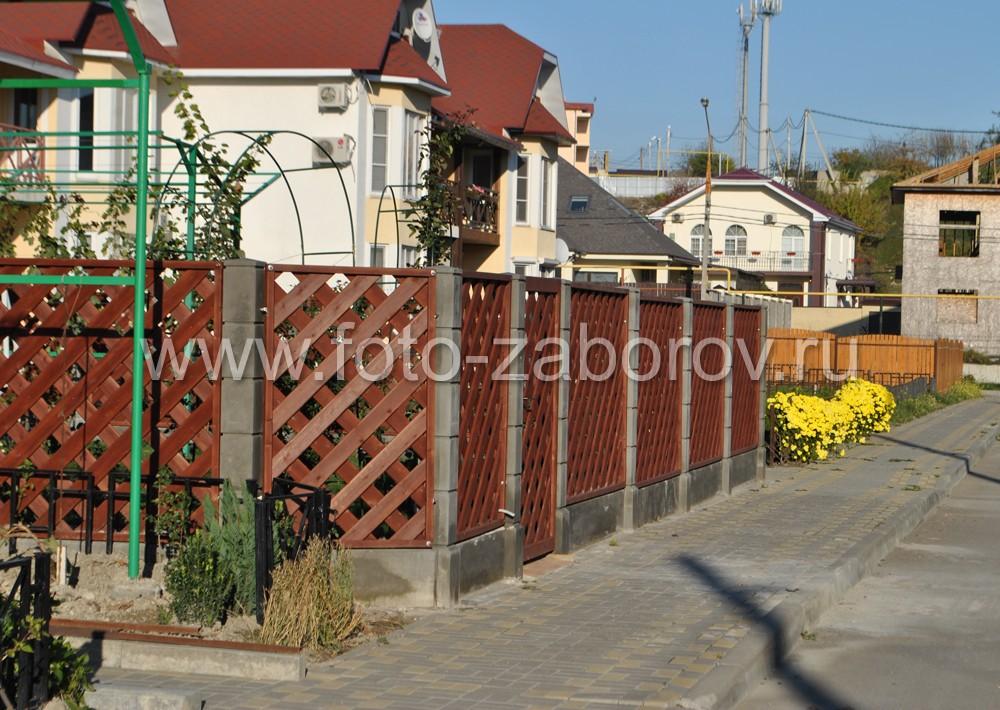 Фото Деревянная косая решётка с установкой на бетонные столбы. Забор за которым хочется