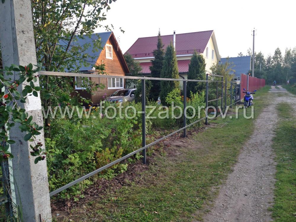 Фото Бюджетный забор из М-образного одностороннего евроштакетника коричневого