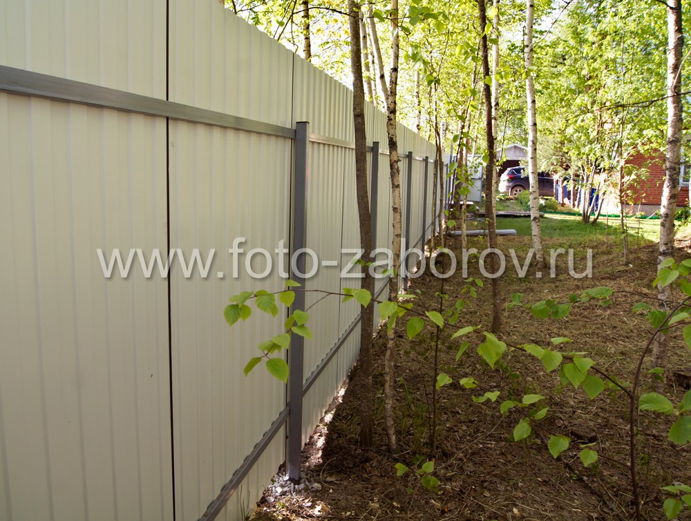 Фото Забор из коричневого профнастила и мостик, перекинутый через