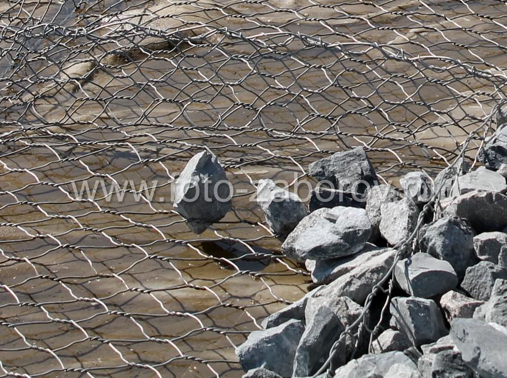 Фото Габионы с цилиндрическими корзинами как способ укрепления береговой линии. Изящное