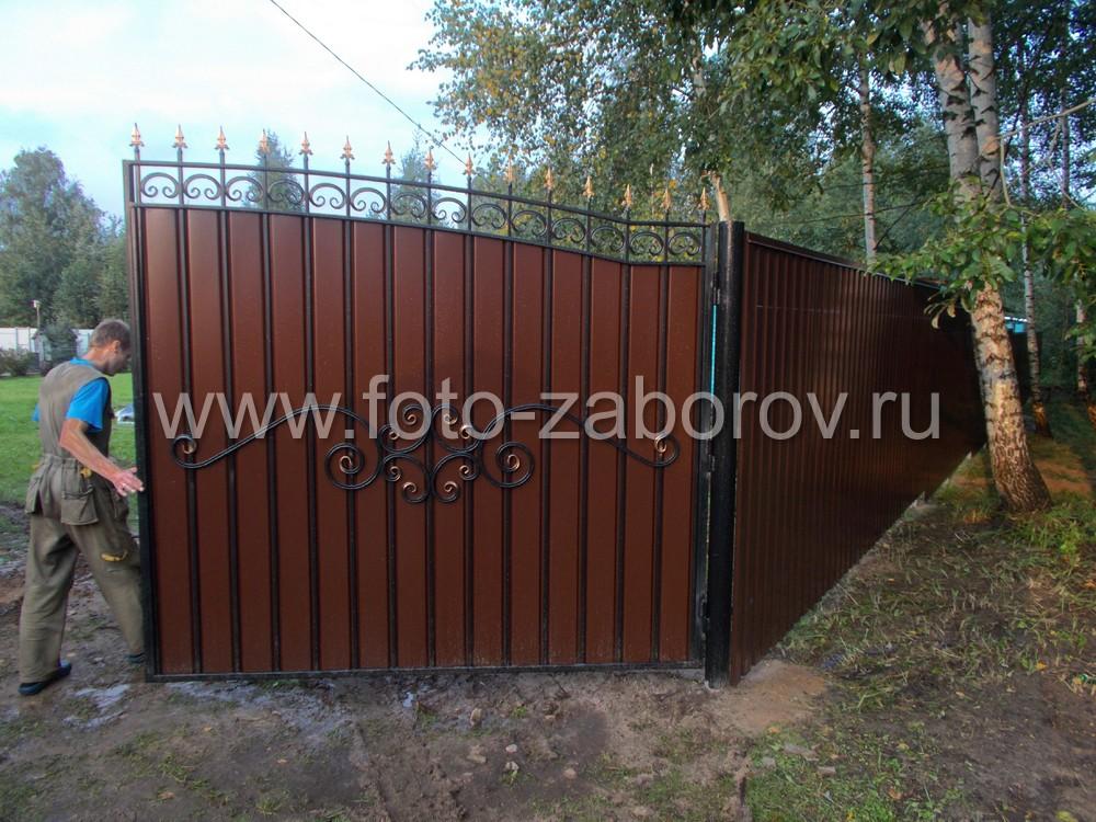 Фото Сочетание профлиста и кованых элементов в воротах и