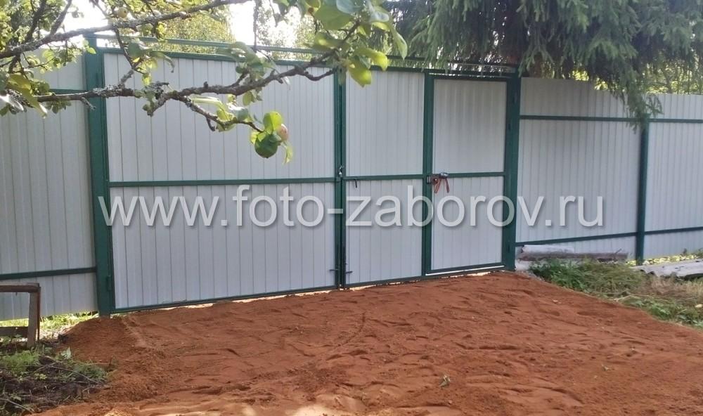 Фото Забор из темно-зеленого профнастила (RAL 6005) - заказ из северной