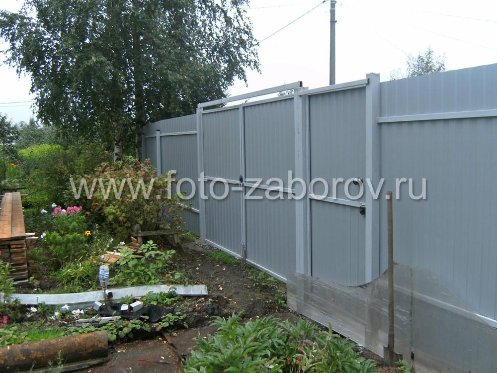 Фото Недорогой классический забор из профнастила для участка в