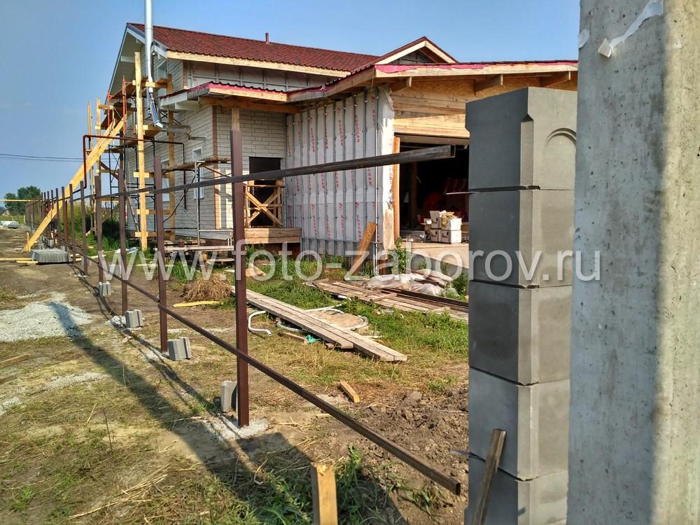 Фото Сборный каркас для забора из профлиста: наборные столбы из прессованного бетона и сборный