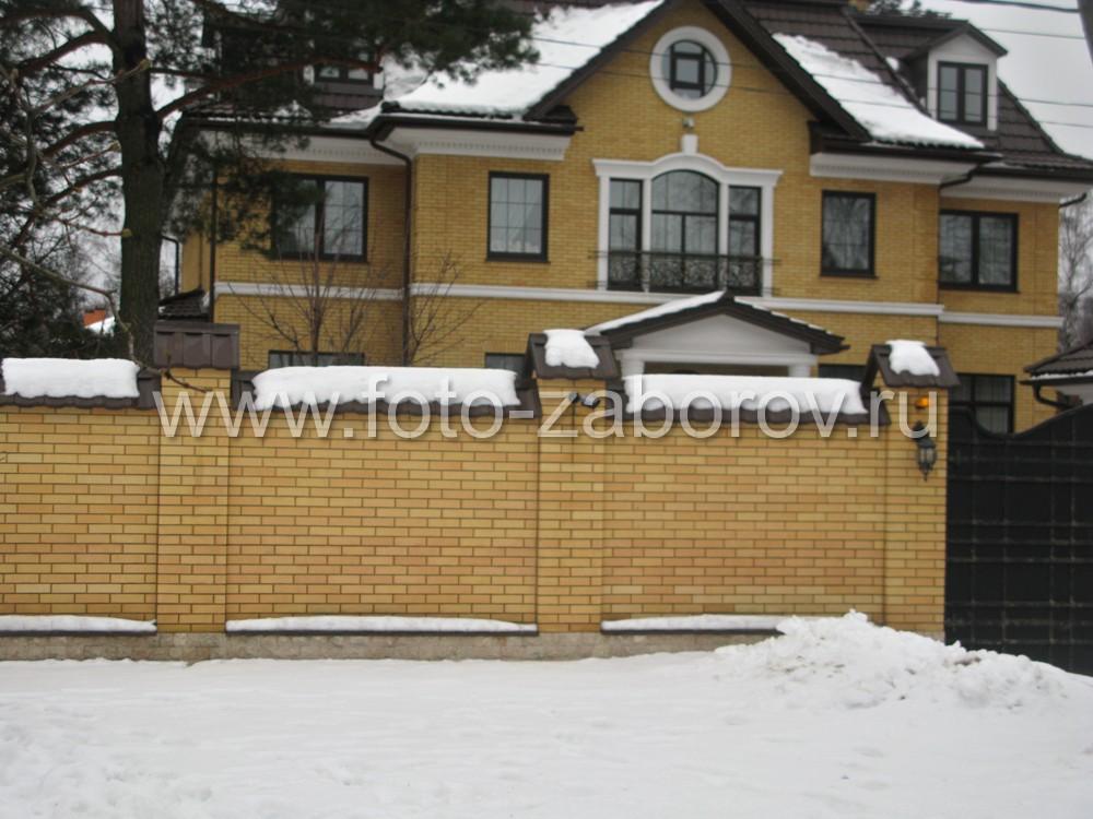 Фото Кирпичный забор коттеджа и фигурные металлические ворота в полной