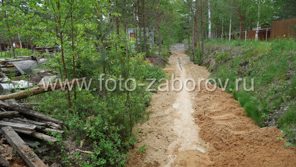 Фото Забор из евроштакетника песочного цвета на трёх