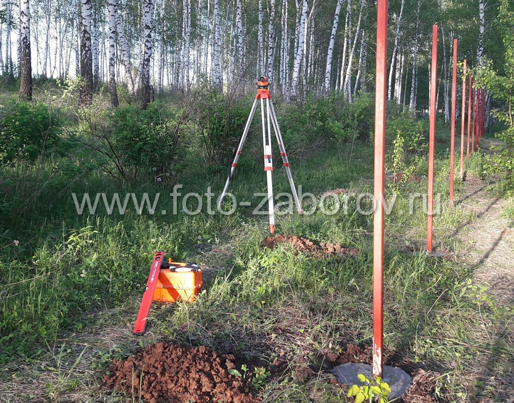 Разметка участка, установка столбов по линии контролируется с помощью нивелира. Все столбы надежно