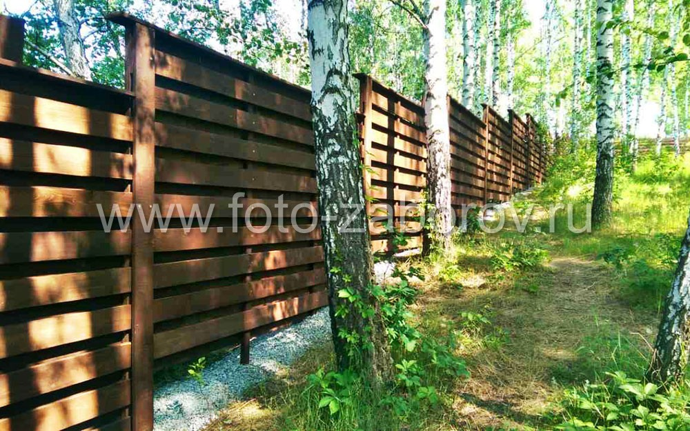 Благодаря сложной фактуре поверхности забор имеет чрезвычайно привлекательный вид, при этом