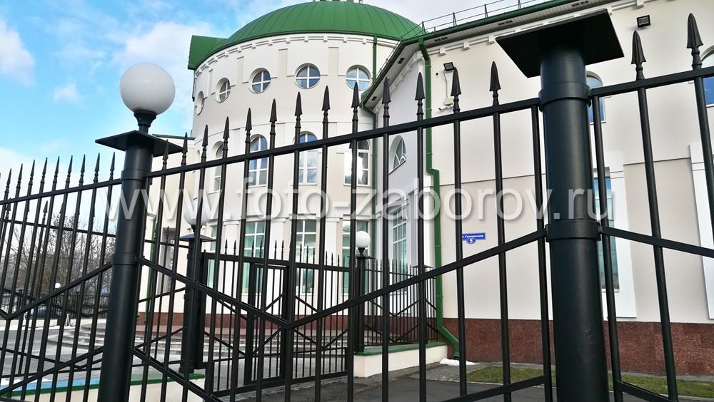 Фото Светильники-шары на металлическом заборе вокруг Банка России в