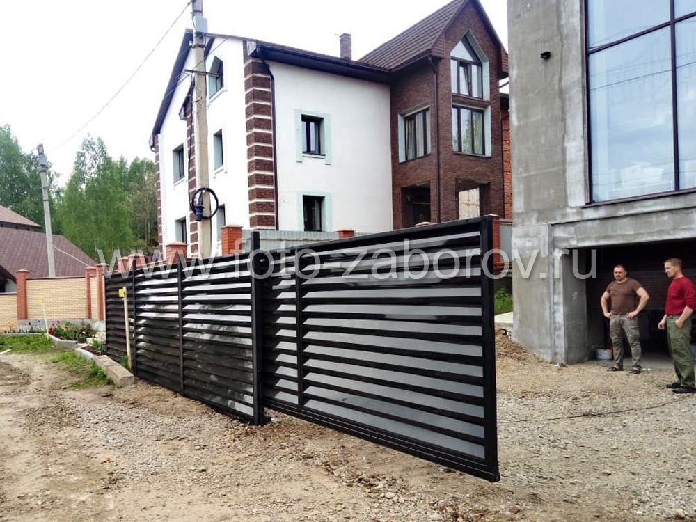 Фото Можно ли забор необычно раскрасить? Да! Дизайнерский проект забора-жалюзи, раскрашенный в