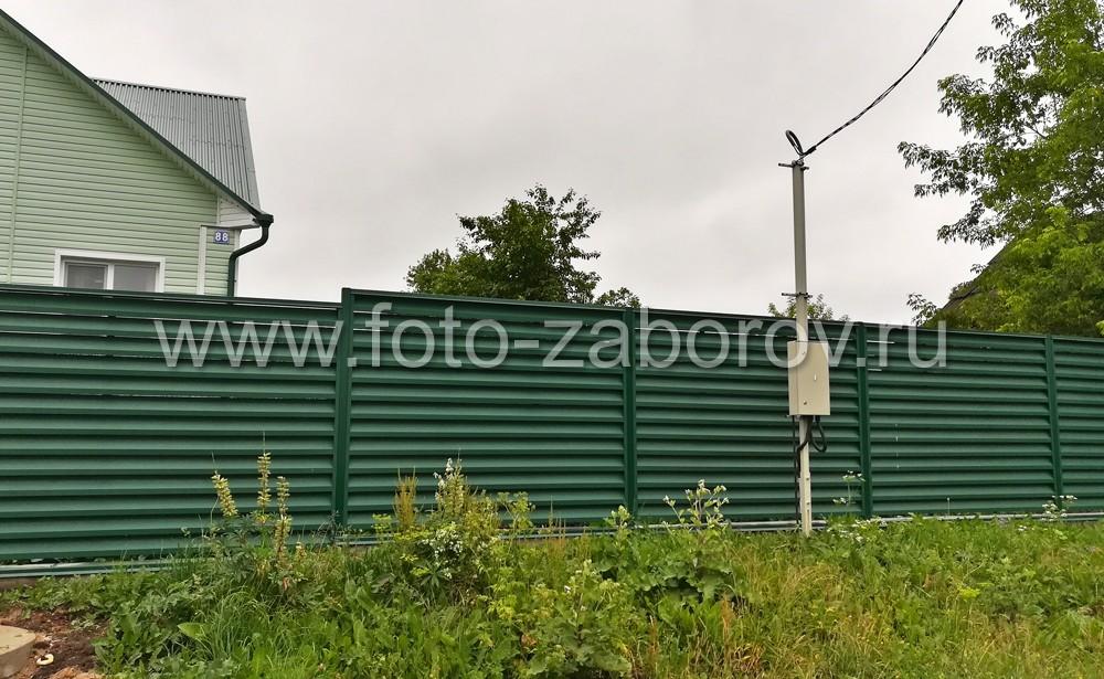 Фото Забор металлические жалюзи Aluzinc® (Алюцинк). Красивый современный металлический забор с