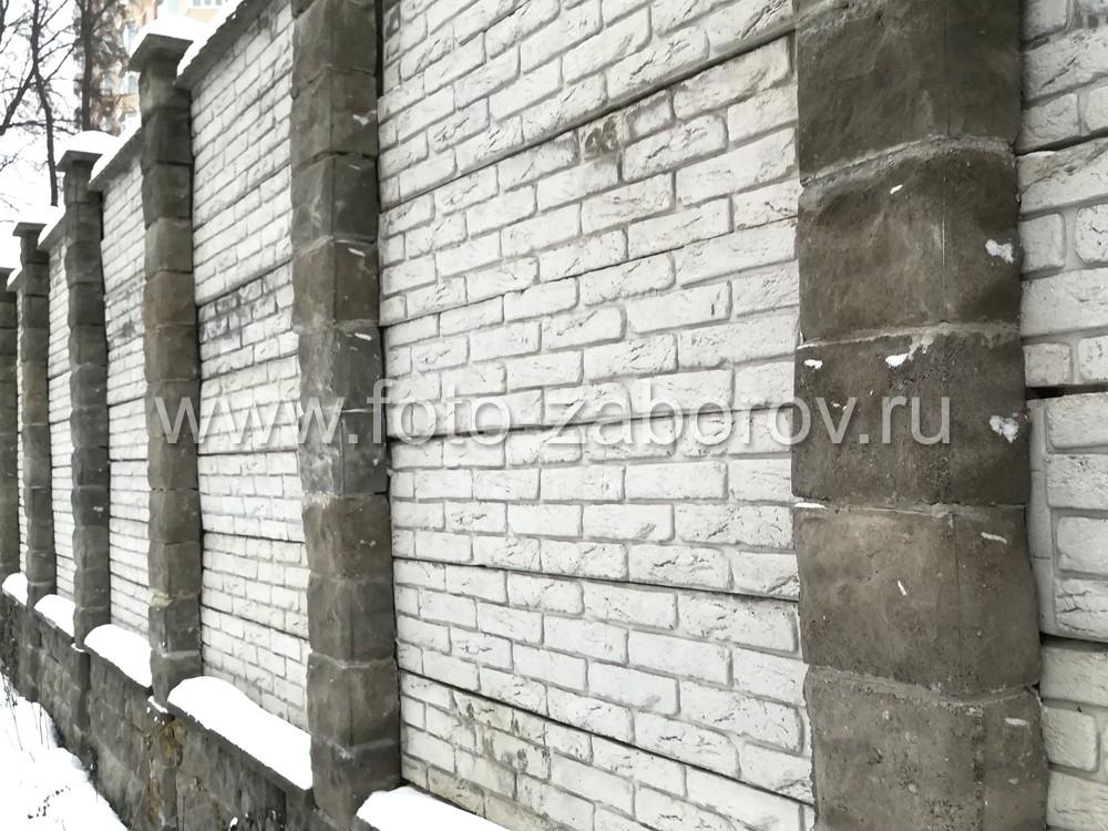 Фото Высокий бетонный забор частного дома, собранный из бетонных