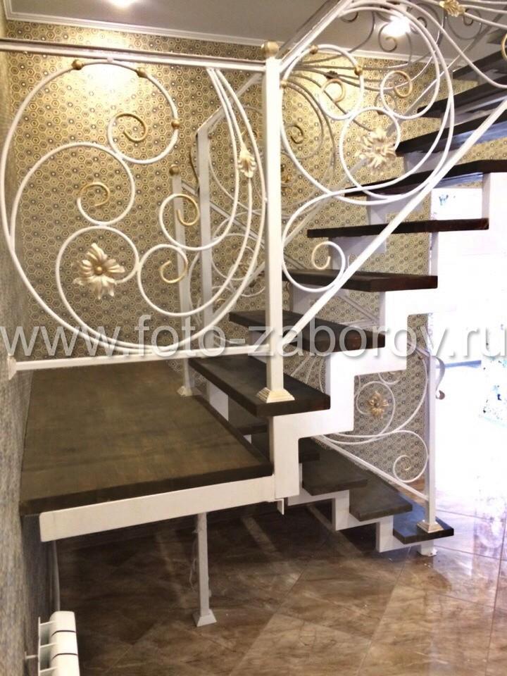 Фото Каркасная лестница с коваными перилами - изящный элемент загородного