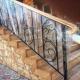 Лестничные перила с элементами ковки: благородность и великолепие всему входному пространству.