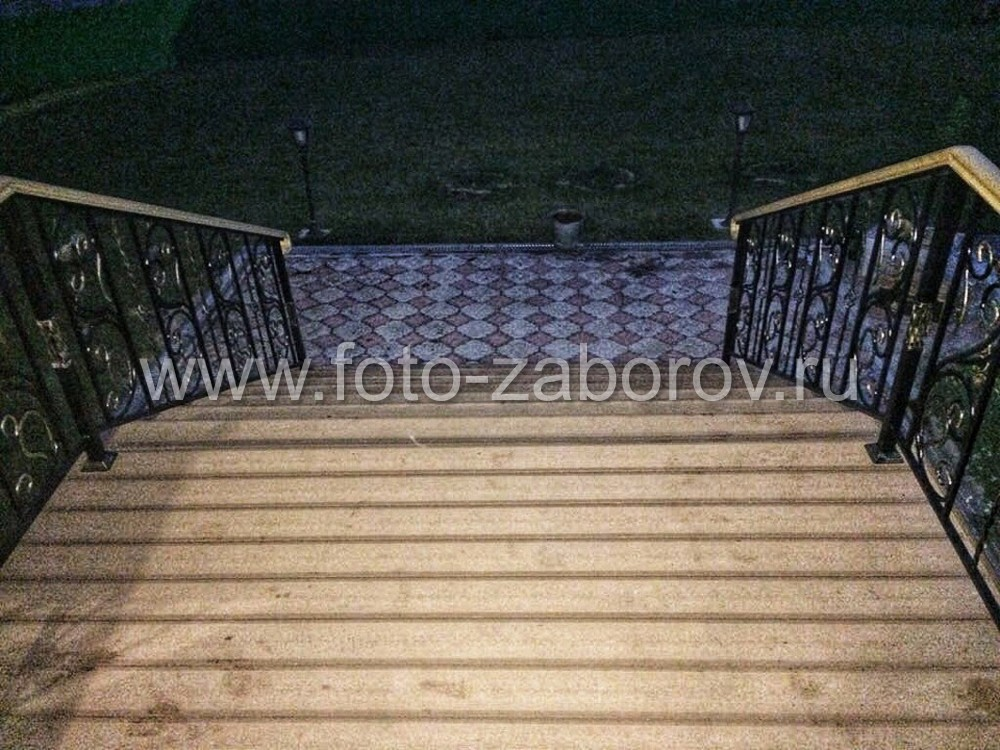 Фото Лестничные перила с элементами ковки: благородность и великолепие всему входному