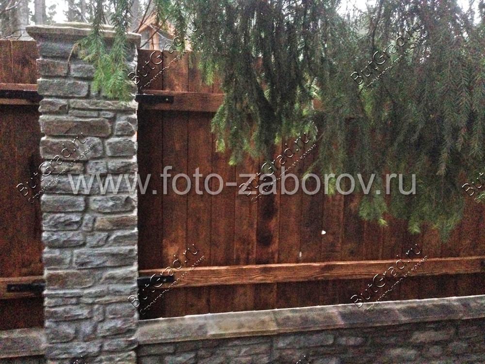 Фото Забор из камня и дерева: солидность, наложенная на вечную