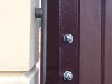 Конструктивные особенности ворот и калитки на столбах из прессованного бетона.