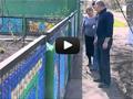 Уникальный забор своими руками из пластиковых крышек